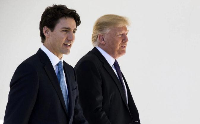 El primer ministro de Canadá, Justin Trudeau (izda.), junto al...
