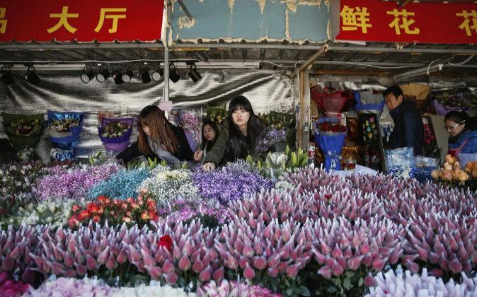 Clientes escogen flores ayer, víspera del Día de San Valentín, en...