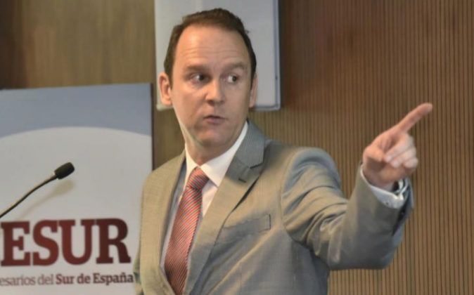 El profesor José I. García, ayer, durante la presentación del...