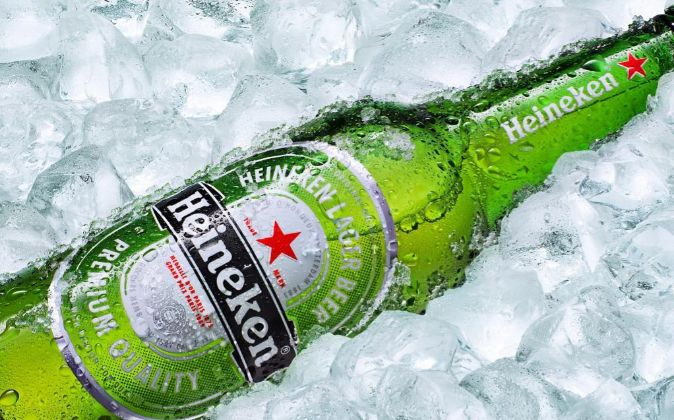Botella de cerveza Heineken.