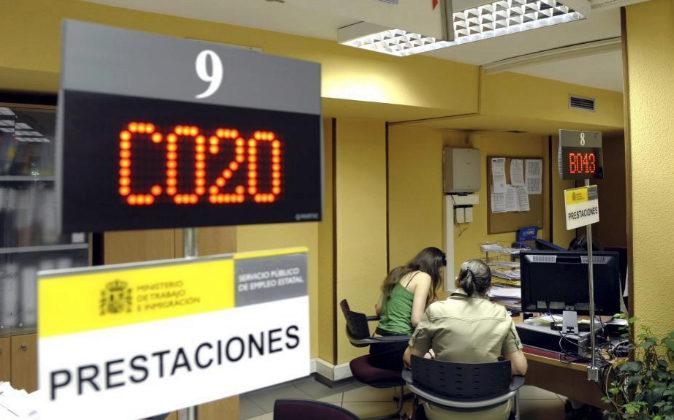 El interior de una oficina de empleo de Valladolid. Panel informativo...