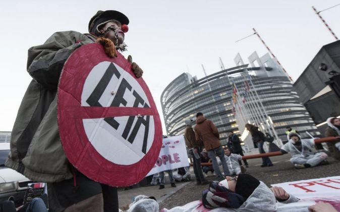 Varios manifestantes bloquean el acceso al Parlamento Europeo, en...