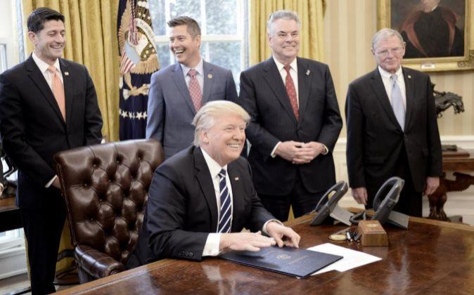 El presidente de los Estados Unidos, Donald Trump, sonríe luego de...