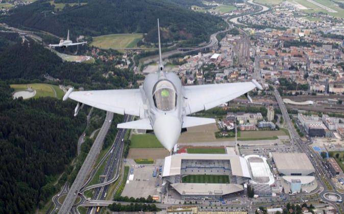 Avión de Eurofighter sobrevolando el estadio Nuevo Tivoli de...
