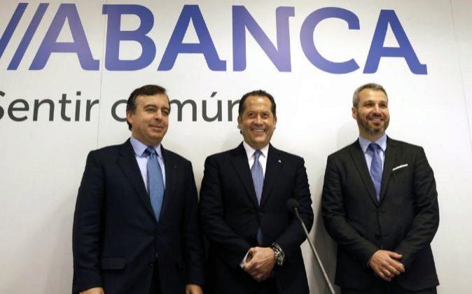 El vicepresidente de Abanca, Juan Carlos Escotet (c); el consejero...