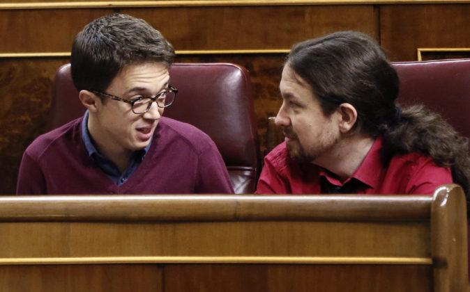 Íñigo Errejón conversa con Pablo Iglesias en el Congreso.