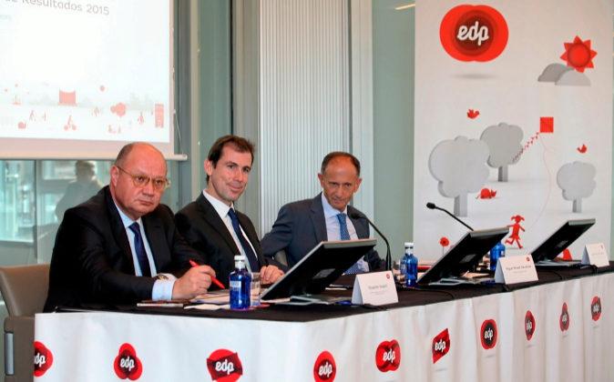 En el centro, Miguel Stilwell, CEO de EDP España y vicepresidente de...