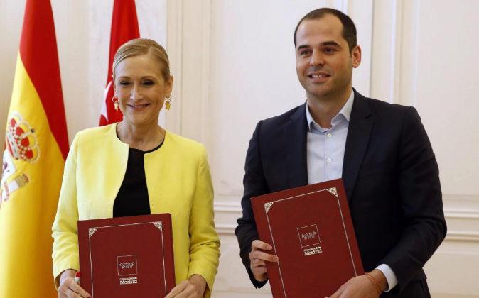 La presidenta de la Comunidad de Madrid, Cristina Cifuentes (i), y el...