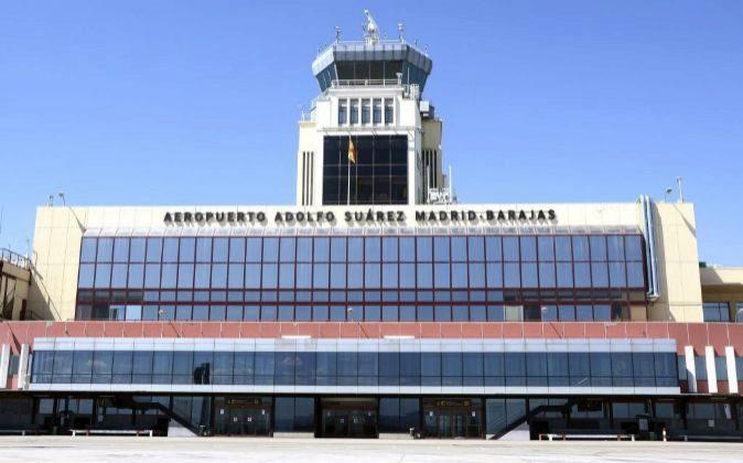 Terminal 2 del aeropuerto de Madrid en el que se puede leer el cartel...