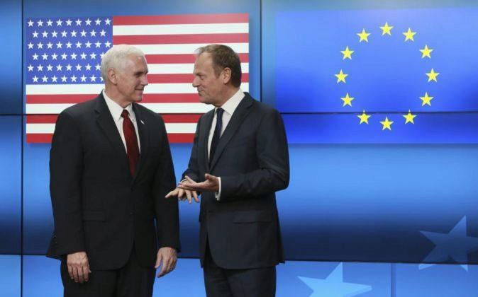 El presidente del Consejo Europeo, Donald Tusk (d), da la bienvenida...