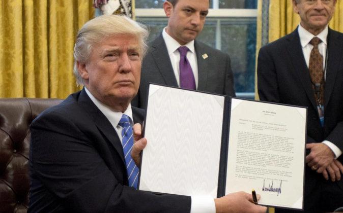 El presidente estadounidense, Donald Trump, muestra la orden ejecutiva...