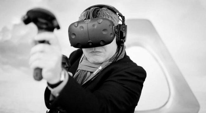 Un asistente al MWC 2016 probando unas gafas de realidad virtual.