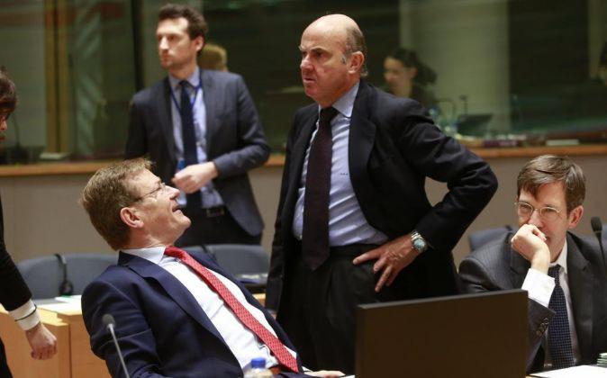 El ministro español de Economía, Luis de Guindos (d), conversa con...