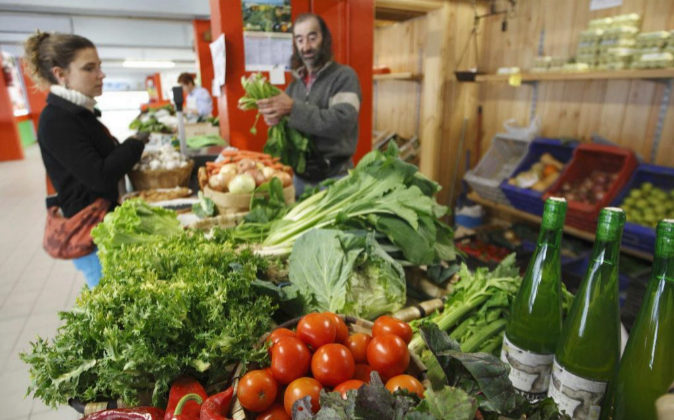 Una mujer comprando  verduras