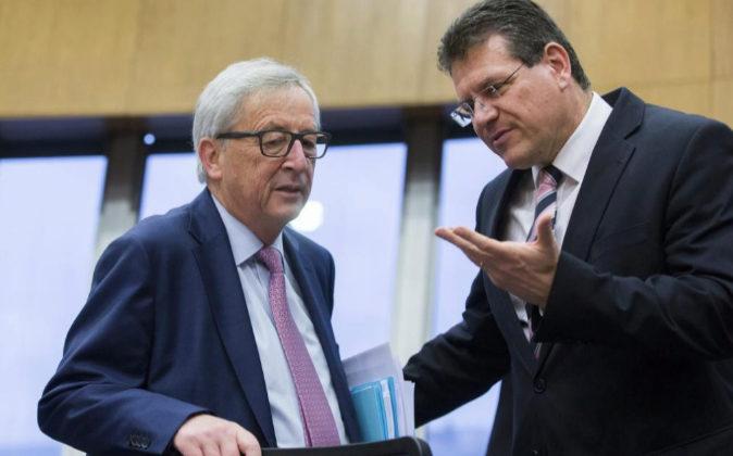 El presidente de la Comisión Europea, Jean-Claude Juncker, conversa...