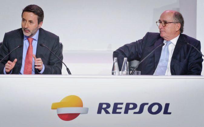 El consejero delegado de Repsol, Josu Jon Imaz, junto al presidente de...