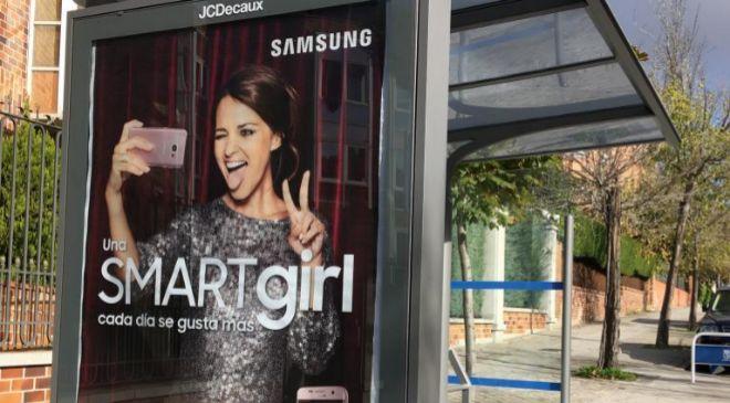 Anuncio de Samsung S/ EDGE en una parada de la EMT de Madrid.