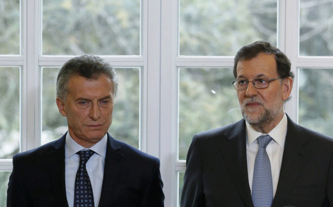 El presidente argentino, Mauricio Macri, junto al presidente español,...
