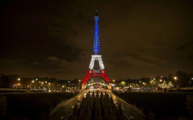 La torre Eiffel iluminada con los colores de la bandera nacional...