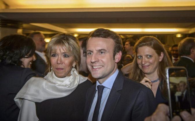 El candidato presidencial francés Emmanuel Macron y su esposa...