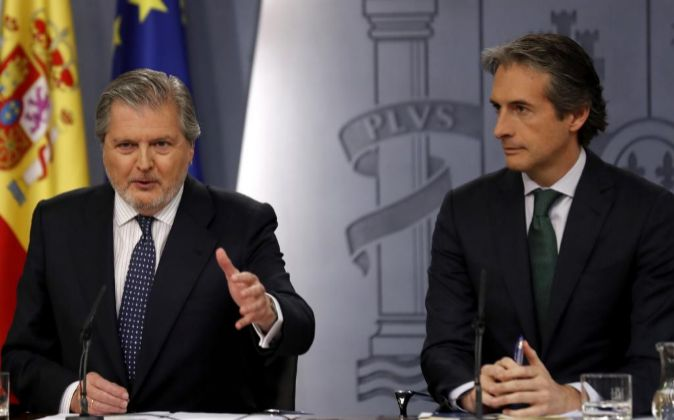 El portavoz del Gobierno, Íñigo Méndez de Vigo y el ministro de...