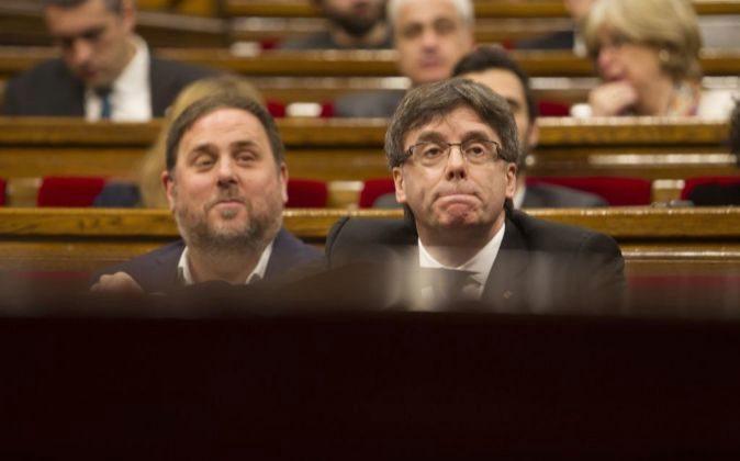 El presidente de la Generalitat, Carles Puigdemont (d) y el titular...