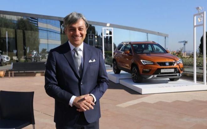 Luca de Meo, presidente ejecutivo de Seat, delante de un Seat Ateca.