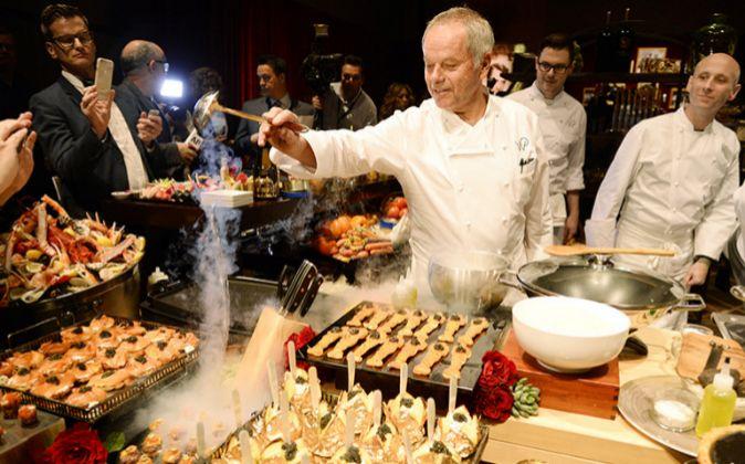 En la imagen el Chef Wolfgang Puck dando los últimos toques al...