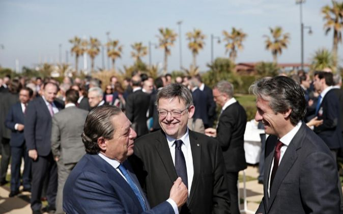 El ministro de Fomento, Iñigo de la Serna (d), junto al presidente de...