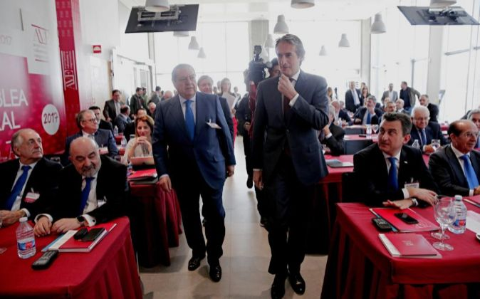 El ministro de Fomento, Iñigo de las Serna (d), y el presidente de la...