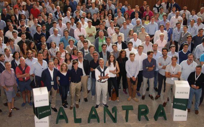 Santiago Eguidazu, fundador de Alantra, rodeado de su equipo en el...