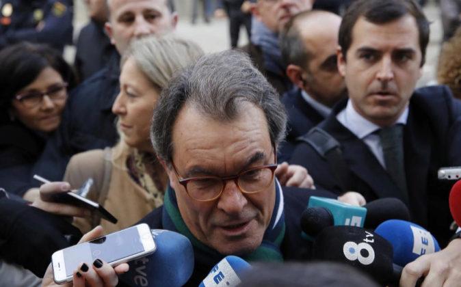 El expresidente de la Generalitat Artur Mas contesta ayer a las...