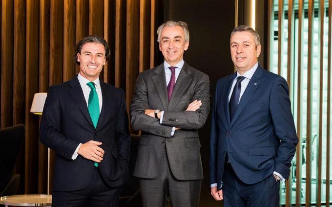 De izqda. a dcha., Federico Linares, socio director de EY Abogados;...