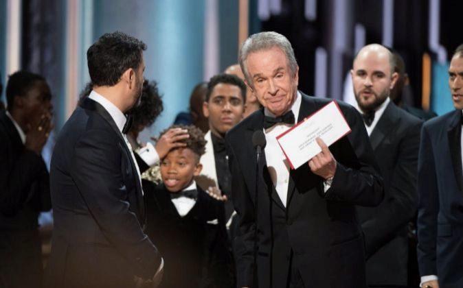El actor Warren Beatty muestra a los asistentes a la gala de entrega...