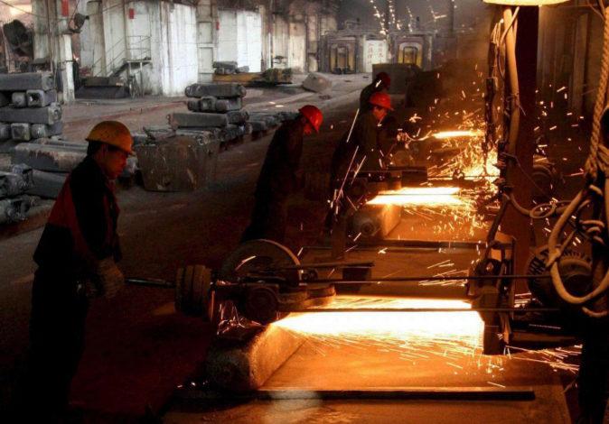 Trabajadores chinos en una empresa metalúrgica de Zining, China.