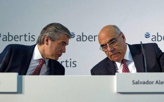 El presidente de Abertis, Salvador Alemany, conversa con el consejero...