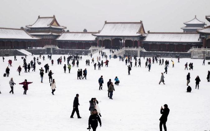 Personas juegan en la nieve el pasado miércoles 22 de febrero de 2017...