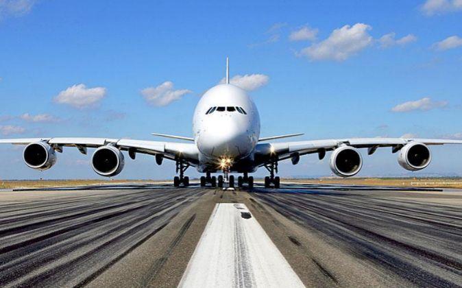 AVION DE AIRBUS A PUNTO DE DESPEGAR DE UN AEROPUERTO