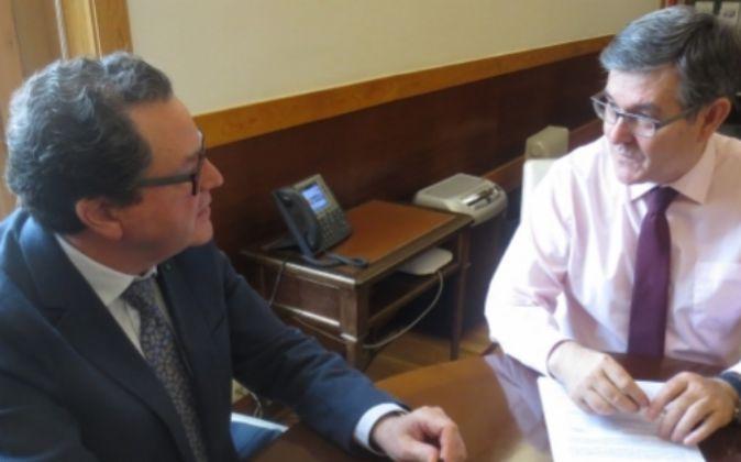Carlos Gómez Ascaso (izda) y el consejero de Presidencia del Gobierno...