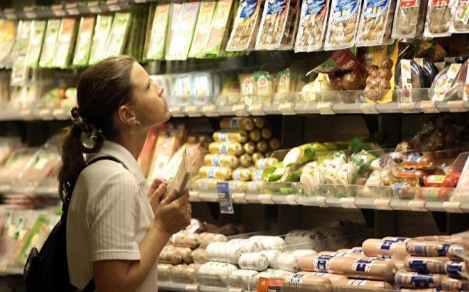 Una mujer realiza la compra en un supermercado.