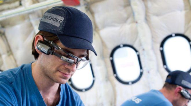 Operario de Airbus equipado con gafas inteligentes para el montaje de...