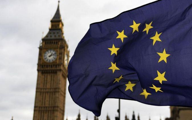 Una bandera de la UE hondea a las afueras del Parlamento en Londres.
