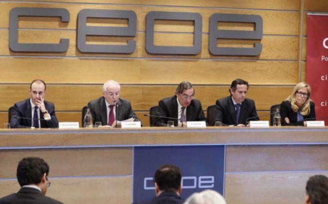 El presidente de la CEOE, Juan Rosell junto a José Mª Rotellar,...
