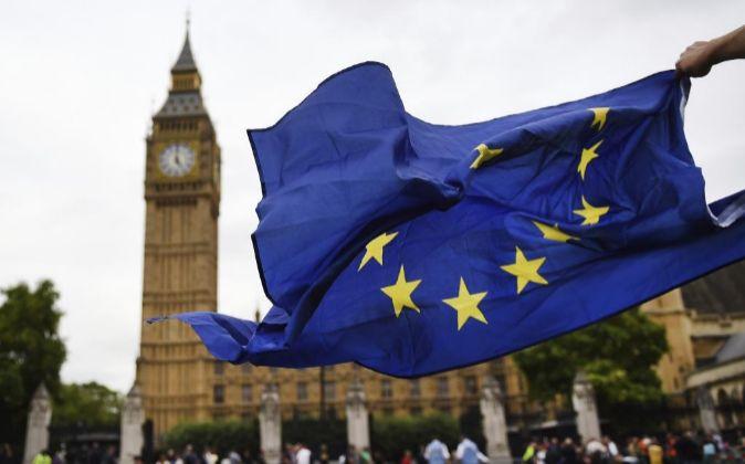 Una bandera de la UE ondea en Londres.