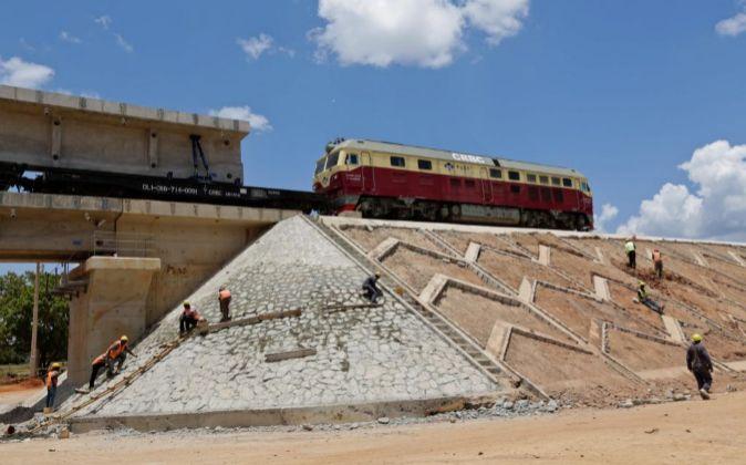 Vista de los trabajadores en acción en la sección del ferrocarril...