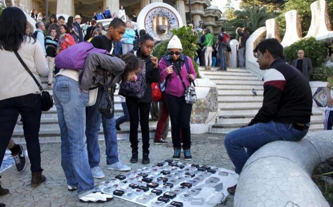 Turistas comprando en  el Parque  Güell de Barcelona
