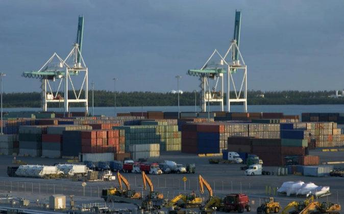Contenedores en puerto. Exportaciones e importaciones.