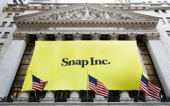 Un cartel con el logotipo de la firma tecnológica Snap colgaba ayer 3...