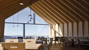 Grandes ventanales permiten disfrutar de la vista desde el interior...