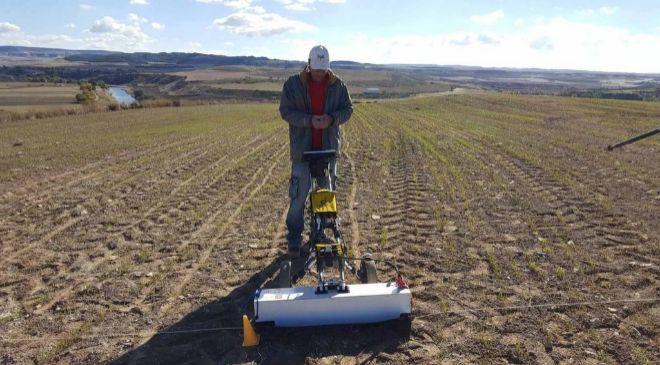 Un geólogo trabajando con el georradar.
